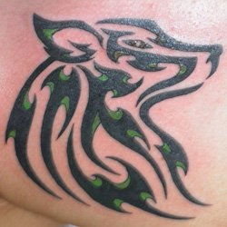 idee tatouage loup tribal